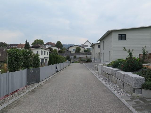 Eine Strasse und Häuser mit Flachdächern.