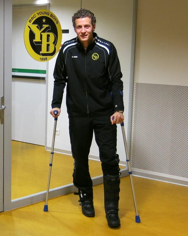 Marco Wölfli mit Krücken.