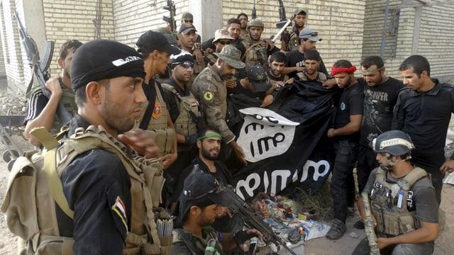 IS-Kämpfer mit Flagge im Irak.