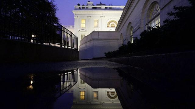 Ein Foto des Weissen Hauses bei Nacht.