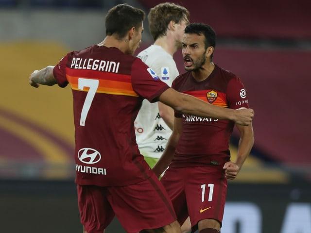 Pedro Rodriguez und Lorenzo Pellegrini umarmen sich.