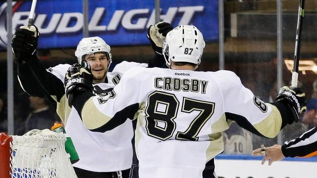 Sidney Crosby und Torschütze Chris Kunitz freuen sich über das Tor zum 4:2.