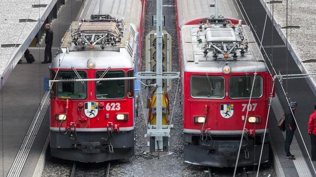 Dus trens da la Viafier retica en ina staziun