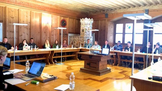 Sitzungszimmer mit Jugendlichen an Tischen im Kreis