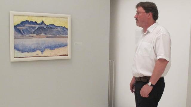 Kurator und Kunsthistoriker Matthias Wohlgemuth vor dem Bild «Thunersee mit Stockhornkette».