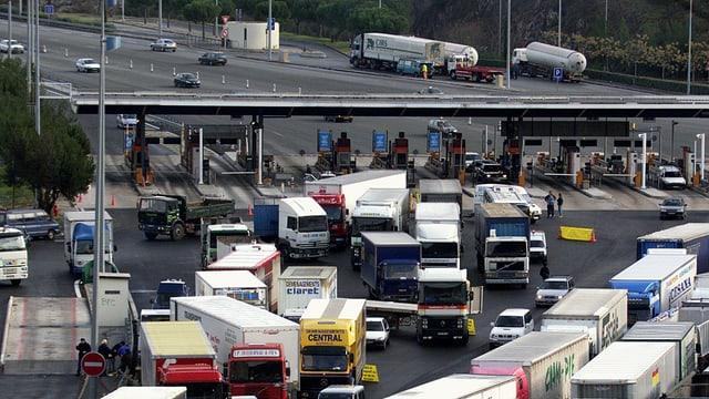 Lastwagen stauen sich nach einer Mautstation in Norditalien.