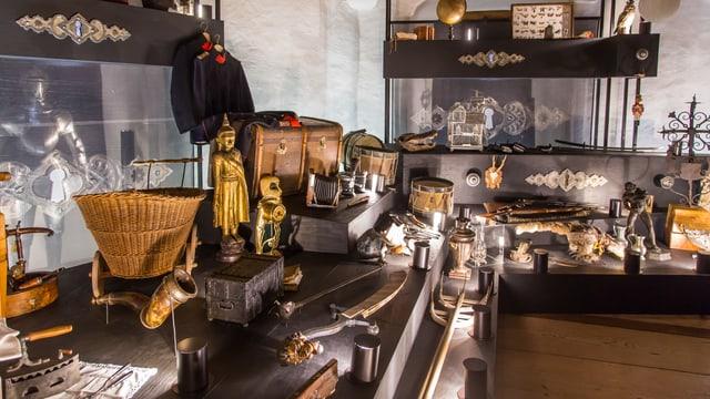 Viele Objekte aus dem Leben von Hans von Hallwyl sind in der Wunderkammer ausgestellt. Darunter eine Statue und ein Kinderwagen.