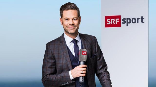 Lukas Studer am Moderatorenpult von SRF Sport