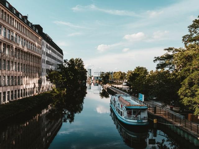Berlin, Fluss und Flussboot.