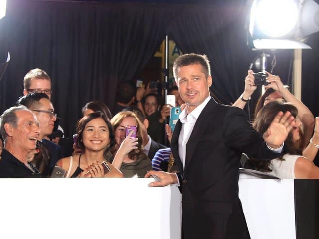 Brad Pitt posiert mit Fans