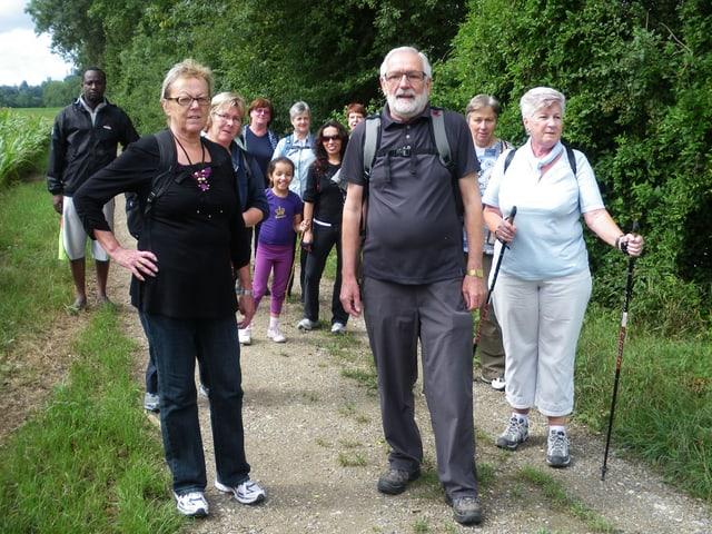 Die Walking-Gruppe «Luchs» unterwegs am Waldrand.