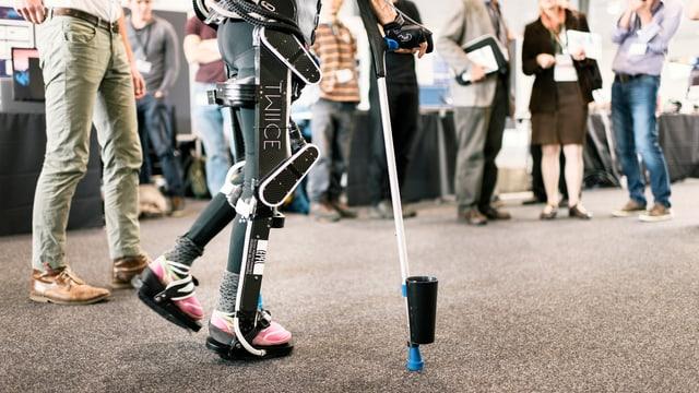 Ein Mensch, der ein Exoskelett trägt.