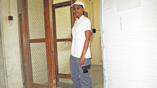 Eine junge Eriträerin steht in einer Werkstatt.