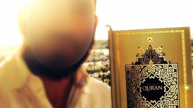 Ina fotografia cun ina fotografia sfalsifitgada che mussa il salafist arrestà che tegna enta maun in coran