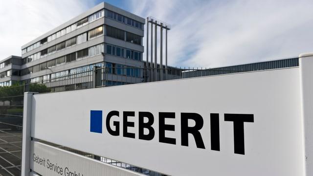 Geberit-Logo vor dem Hauptgebäude.