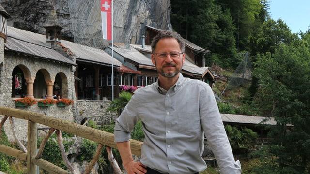 Norbert Bischofberger steht vor den Beatus-Höhlen.