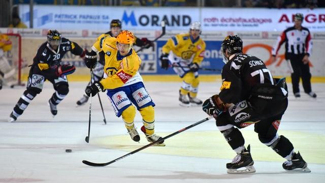 Il giugader da hockey Perttu Lindgren.