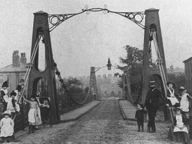 Eine historische Schwarzweiss-Aufnahme der Broughton Suspension Bridge in der Region Manchester, die am 12. April 1831 einstürzte.