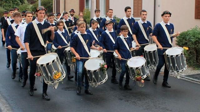 La gruppa da tamburs giuvens da Domat duront in marsch