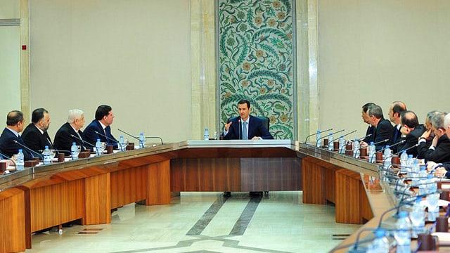 Assad mit seiner Regierung
