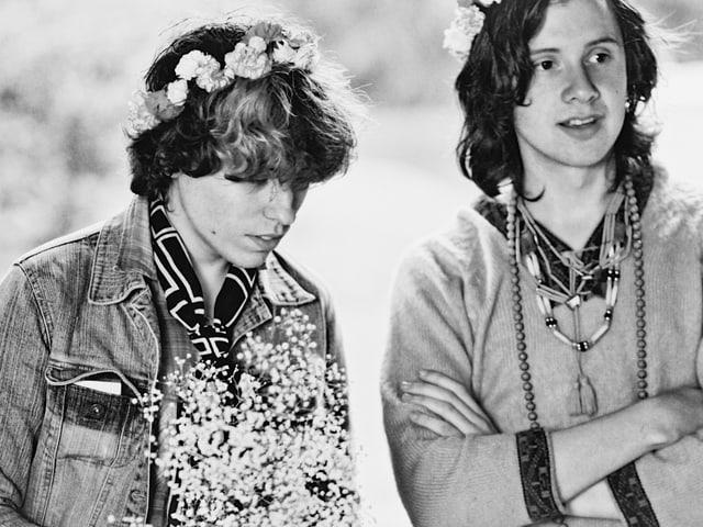 Schwarz-Weiss-Foto von zwei jungen Männern in Hippie-Kleidern.