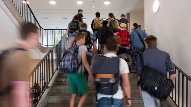 Schüler auf Treppe.