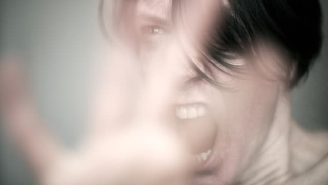 Eine Frau mit einem wütenden Gesicht.