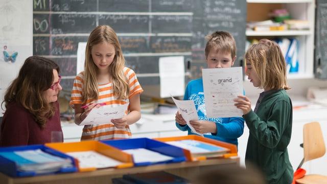 Schülerinnen und Schüler am Lehrerinnenpult