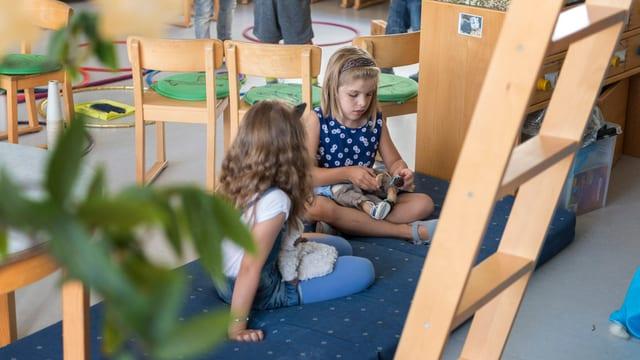Zwei Kinder spielen in einem Kindergarten.
