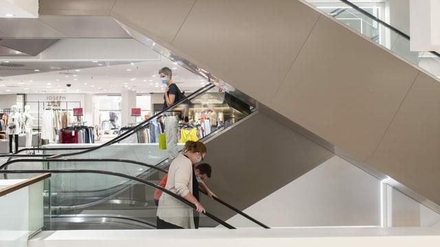 Menschen in Einkaufszentrum.