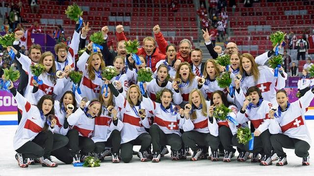 Schweizer Eishockey-Team der Frauen posiert für Medaillenfoto.