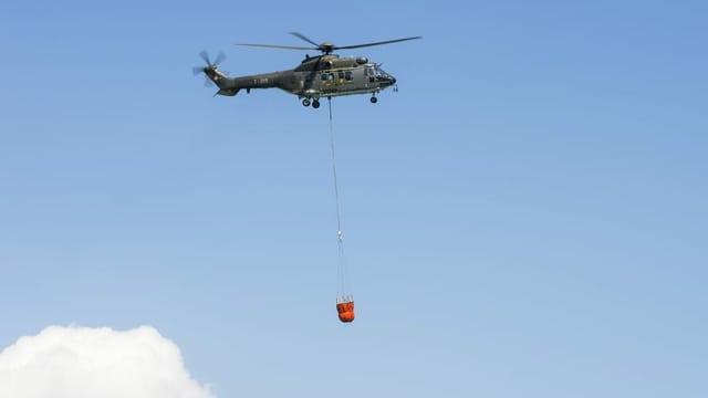 Helicopter che porta aua.