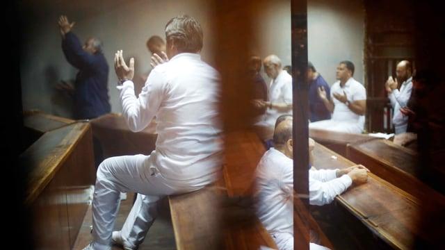 Die Muslimbrüder, die hinter Gitter zusammen beten.