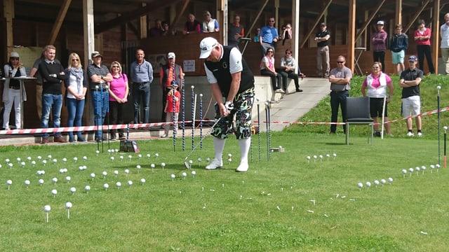 Il golfist professiunal David Edwards ha divertì il publicum cun ina show da golf.