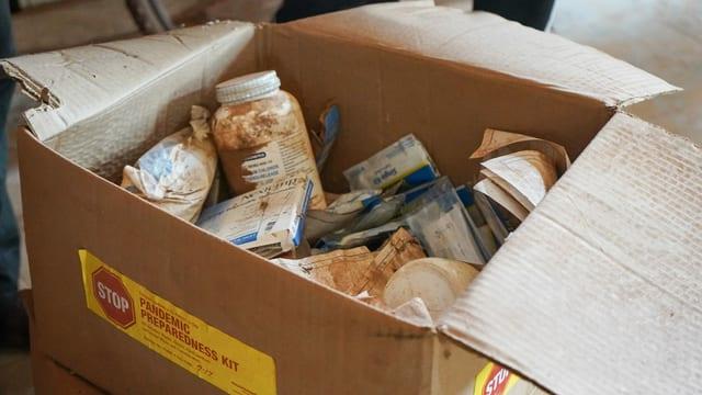 Das Pandemie-Set im Dorf Bonsaaso besteht aus verstaubten Wegwerf-Thermometern, Masken, Handschuhen und Desinfektionsmittel.