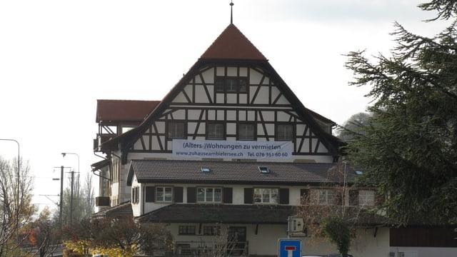 Grosses Haus mit spitzem Dach