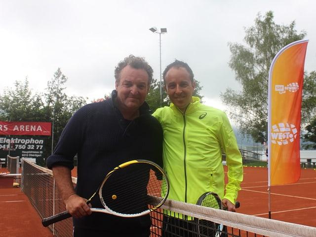 Marco rima und Viktor Röthlin posieren auf dem Tennisplatz.