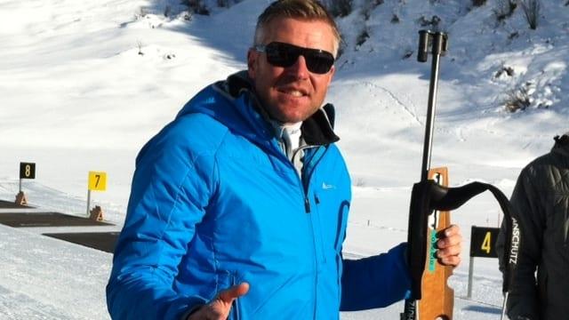 Matthias Simmen mit einem Biathlongewehr