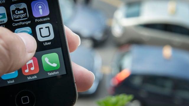 Ein Smartphone mit einer Uber-App.