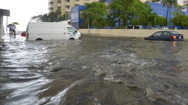 Autos auf einer überfluteten Strasse