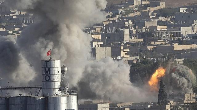 Viel Rauch und eine Flamme steigt in Kobane auf nach einem US-Luftangriff