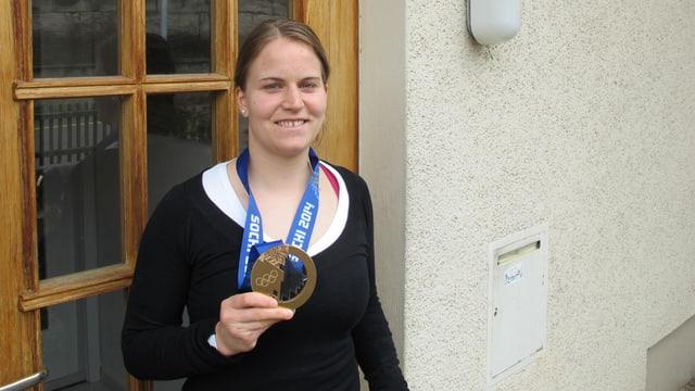 Stefanie Marty vor ihrer Haustüre