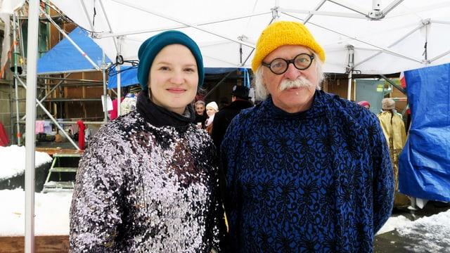 Eine Frau und ein Mann stehen fastnächtlich gekleidet unter einem weissen Zelt.
