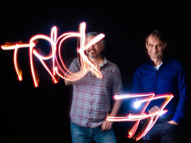 Krispin Zimmermann und Thomy Scherrer zeichnen im Dunkeln mit Taschenlampen «Trick 77».
