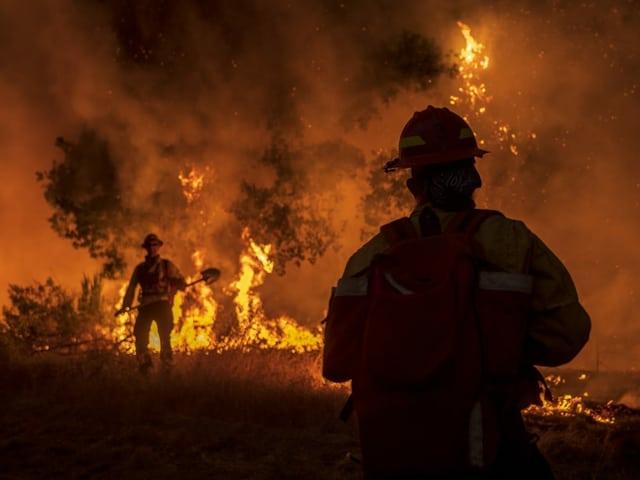 Feuerwehrläute stehen in dem Gebiet in Kalifornien, wo die Brände wüten.