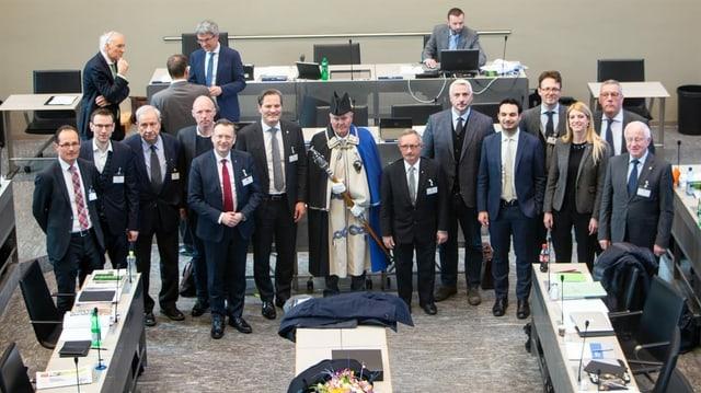 Las duas delegaziuns parlamentaras en l'edifizi dal Cussegl grond a Cuira.