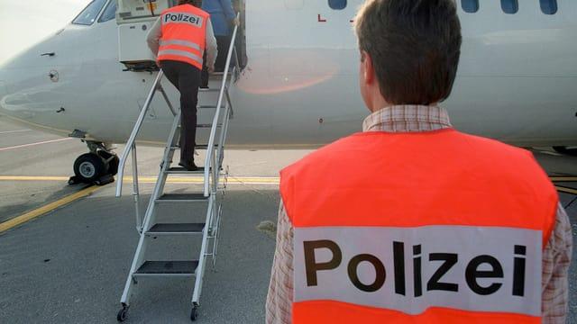 Eine in Kreuzlingen abgewiesene bulgarische Familie von Asylsuchenden wird auf dem Flughafen Zürich-Kloten von Polizisten bis ins Flugzeug begleitet, das sie nach Bulgarien zurückbringt, am 30. Oktober 2002. (keystone)