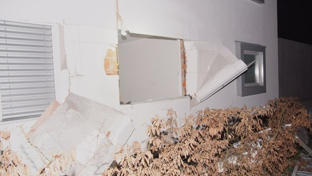 Ein kaputter Fensterrahmen eines Mehrfamilienhauses.
