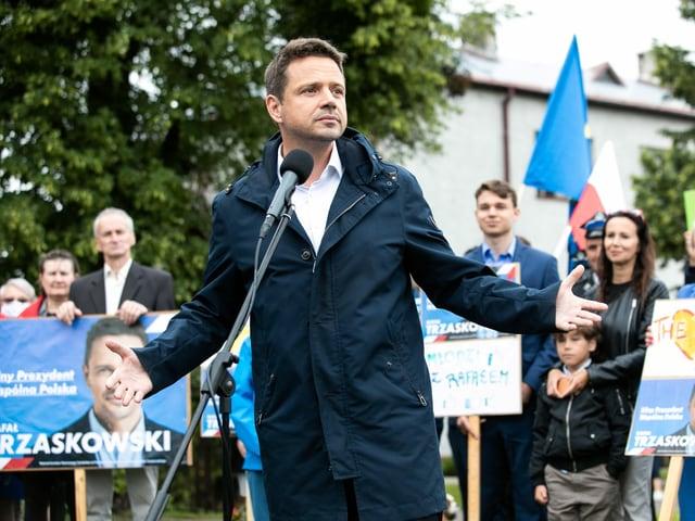 Der polnische Politiker Rafal Trzaskowski steht vor dem Volk.