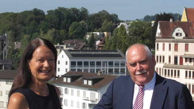 Susanne Truttmann (SP) und Urs Dickerhof (SVP) auf dem Dach des Emmer Gemeindehauses.